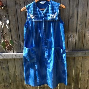 Vintage embroidered 3/4 sip sheath dress. Size L